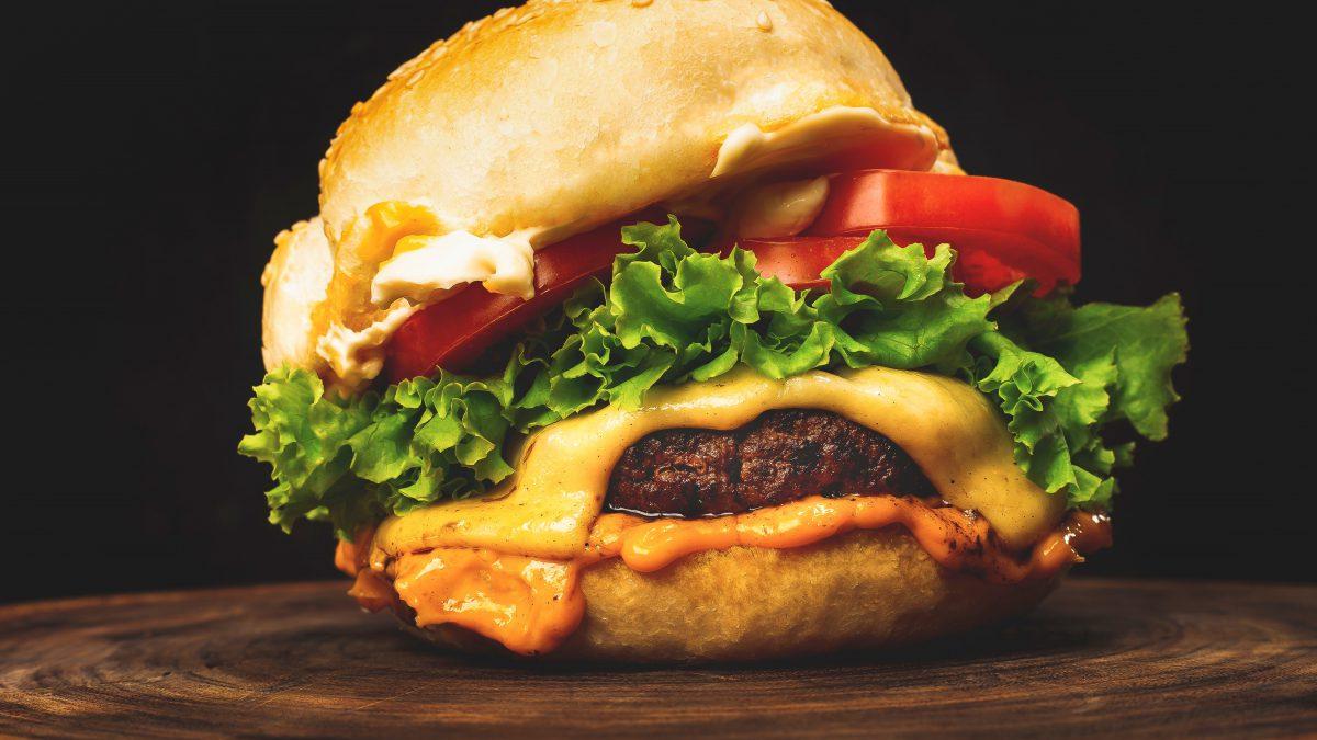 Comemore o dia do hambúrguer com essa receita do Culture Burguer