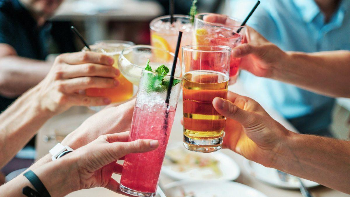 Drinks com espumante, vinho e gin.