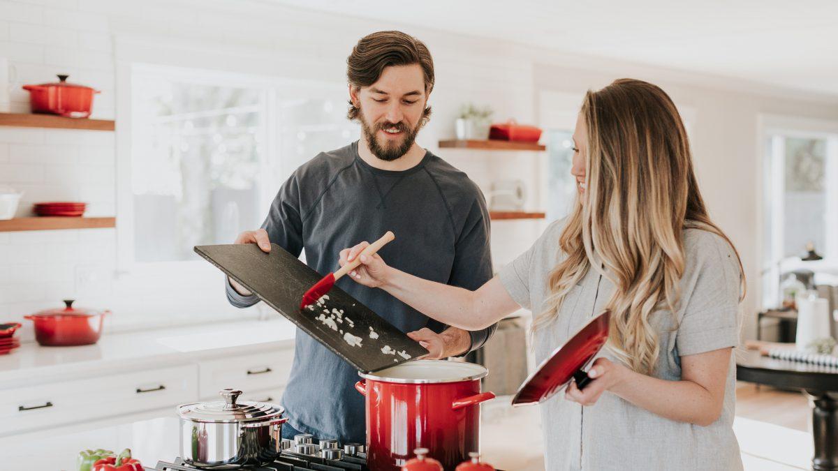 Cozinhar a 4 mãos (como incluir a família no preparo das refeições)